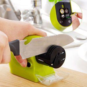 Máy mài dao tự động Swifty Sharp có thiết kế với màu xanh là cây nổi bật, tươi sáng tạo cho người dùng cảm giác thân thiện, hứng thú mỗi khi vào bếp