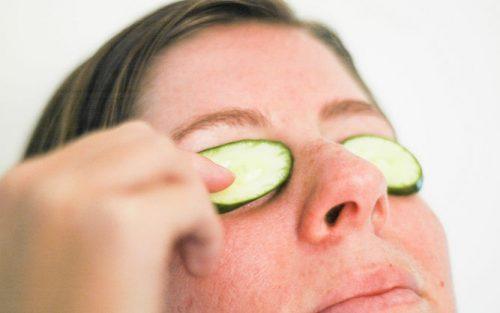 Dùng dưa chuột trị thâm quầng mắt hiệu quả