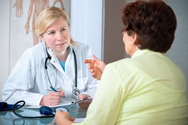 Người già nên đi khám bác sĩ thường xuyên