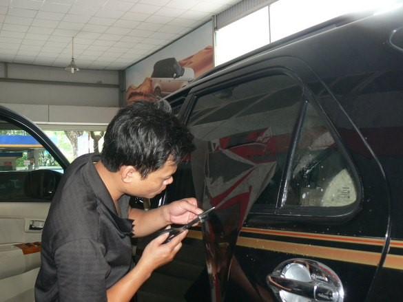 Thao tác thực hiện dán kính ô tô phải cẩn thận