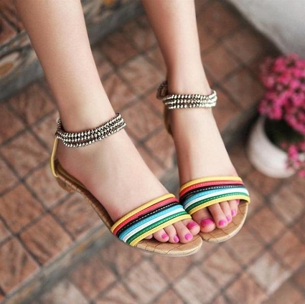 Sandal đa sắc phù hợp với những cô nàng sở hữu bàn chân nhỏ và đầy đặn.