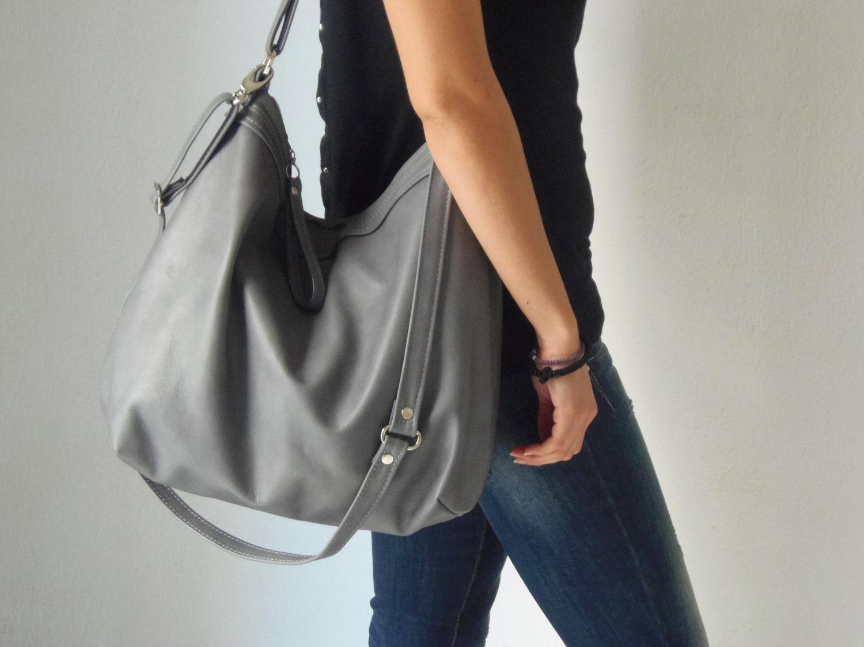 Thay vì chọn một chiếc túi quá khổ, túi xách cỡ trung bình sẽ là lựa chọn hợp lý hơn