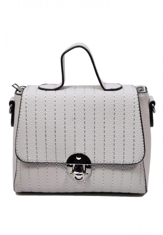 Một chiếc túi xách nhỏ nhắn, sáng màu sẽ dễ phối kết hợp trang phục hơn