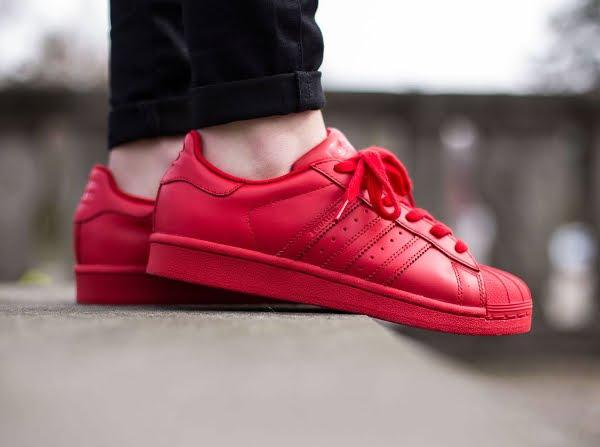 Giày thể thao được xem là lựa chọn an toàn và dễ dàng cho mọi hoàn cảnh và môi trường